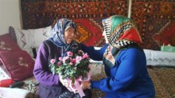 Yaşlı kadını evinde ziyaret