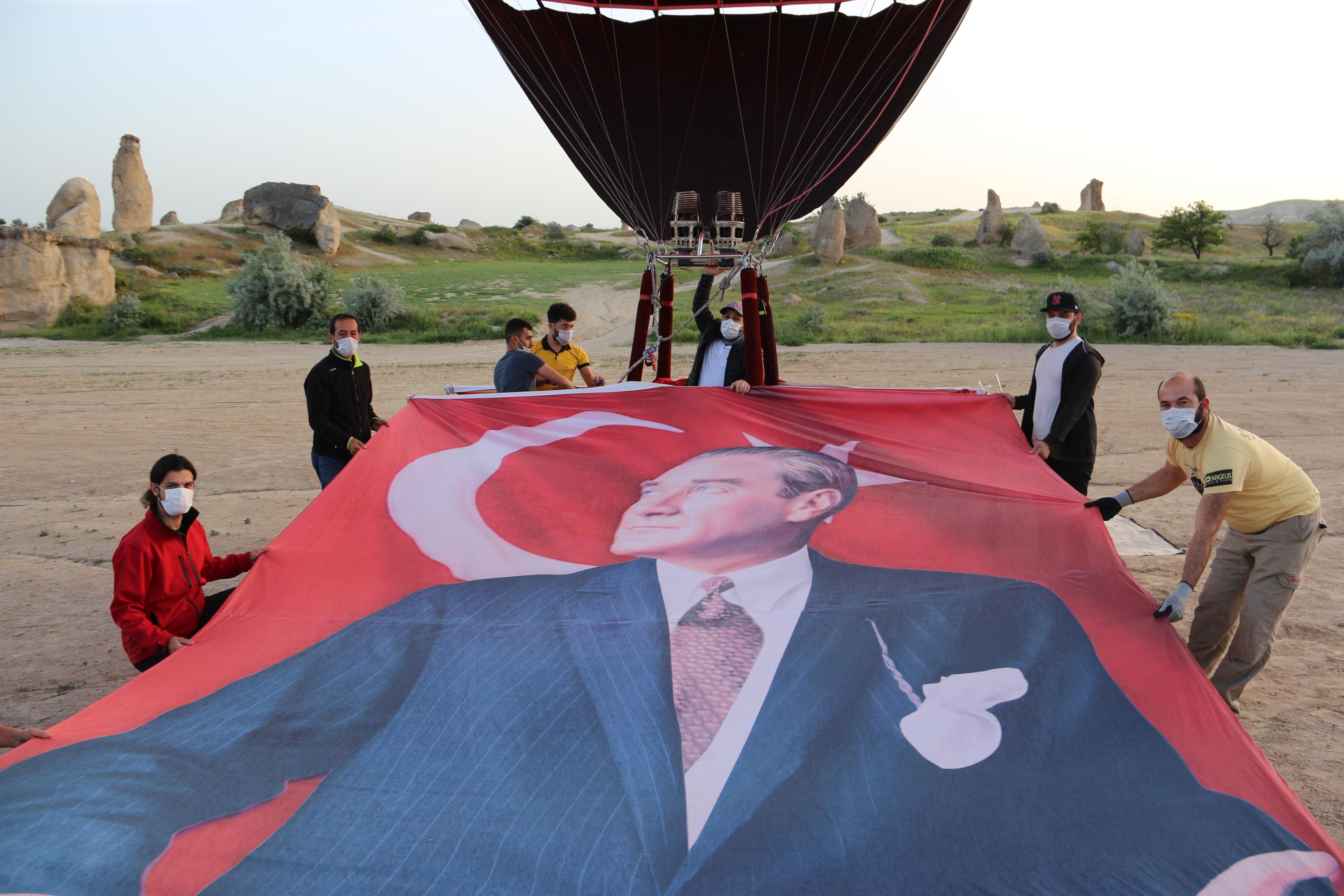 Türkiye'nin ilk yerli balonu 19 Mayıs Gençlik ve Spor Bayramı'nı gökyüzünde kutladı