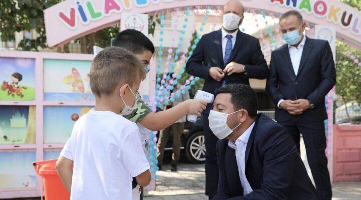 Belediye Başkanı Arı öğrencilere kuru üzüm dağıttı