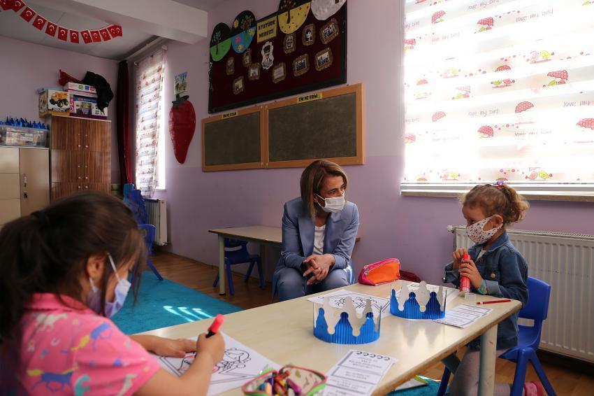 Vali Becel, okula başlayan minik öğrencileri ziyaret etti
