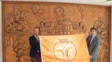 Rektör Aktekin 'Engelsiz Üniversite Bayrakları'nı teslim etti