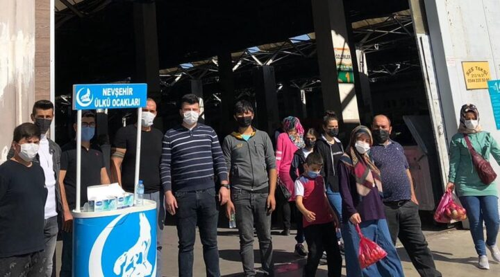 Pazar yerinde maske dağıtıldı