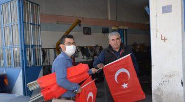 AK Parti Gençlik  Kolları 2 bin adet bayrak dağıttı