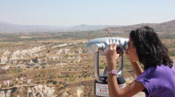 Meraklıları Kapadokya'nın vadilerini gözetliyor