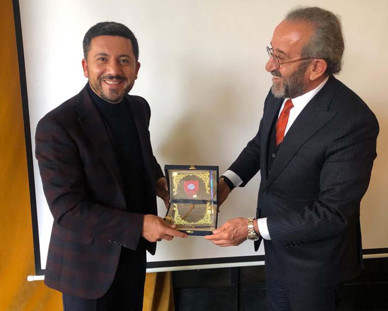 Başkan Arı'dan İş Adamı Eroğlu'a plaket
