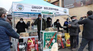 Ürgüp Belediyesi sokak hayvanları için vatandaşlara mama dağıttı