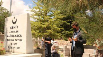 Şehadetinin yıldönümünde Şehidin mezarı başındaydı