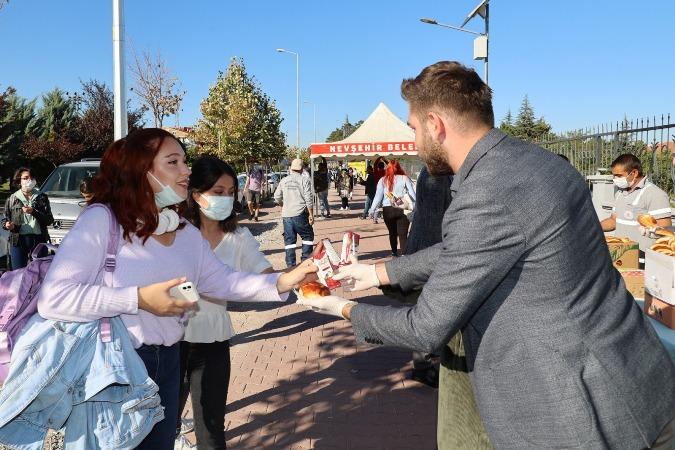Üniversite öğrencilerine poğaça ve meyve suyu ikramı