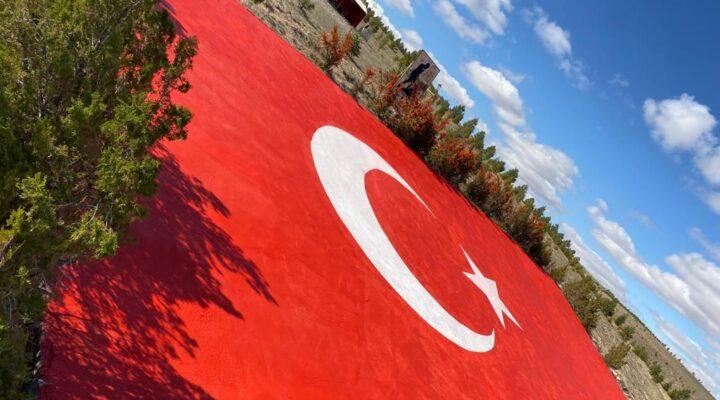 Türkiye'nin en büyük beton bayrağı boyandı