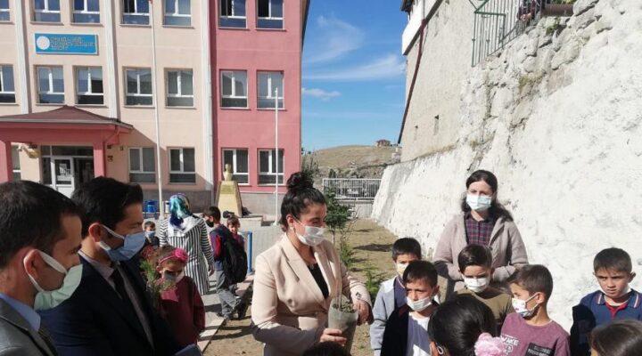Acıgöl'de 12 okula fidan dağıtıldı
