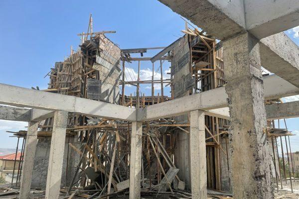 Ortahisar'da cami inşaatında iskeleden düşen işçi yaralandı