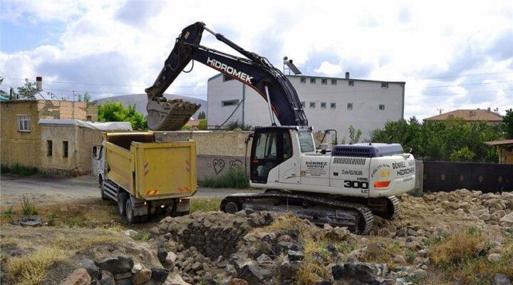 Metruk binaların yıkım çalışmaları devam ediyor